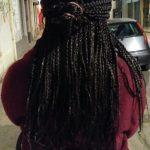 Vue dans la rue femme africaine avec grosses tresses rasta attachées